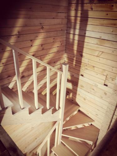 №19 (г. Красноярск, п. Овинный). Лестницы из массива лиственницы. Без покраски.