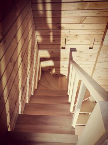 №19(2) (г. Красноярск, п. Овинный). Лестницы из массива лиственницы. Без покраски.