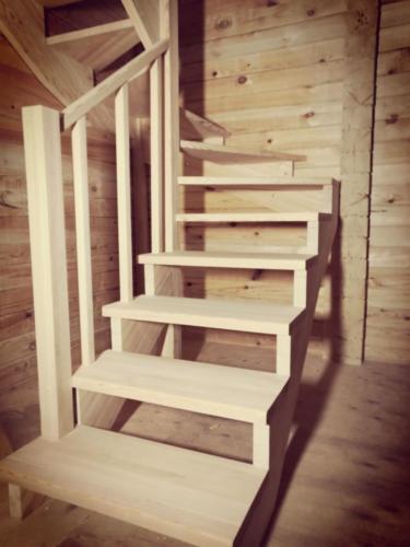 №19(3) (г. Красноярск, п. Овинный). Лестницы из массива лиственницы. Без покраски.