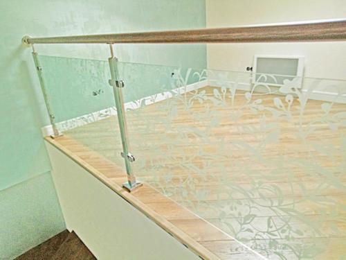 №21 Ограждение лестницы с пескоструйным стеклом. Поручень - массив дерева.