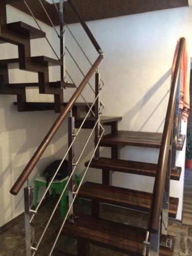 №24 Лестница на металлическом косоуре, Ступени и поручень - массив лиственницы. Стойки и рейлинг - нержавеющая сталь.