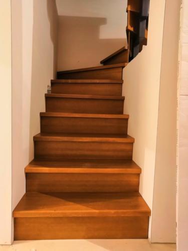 №21 Лестница на металлическом косоуре. Ступени, подступенки из массива лиственницы
